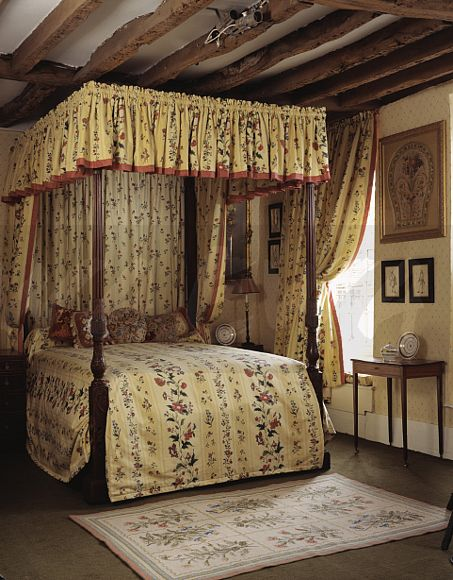 Image antique four poster bed with yellow floral quilt for Traditional four poster beds