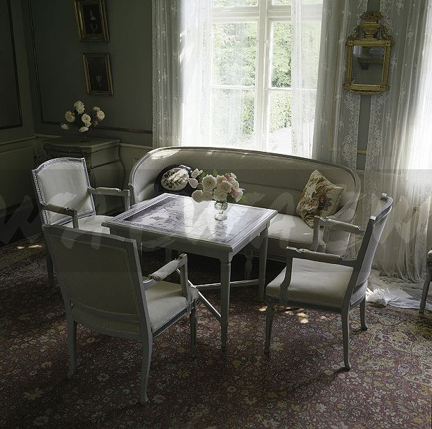 Etonnant Grey Painted Chairs And Small Table In Swedish Dining Room