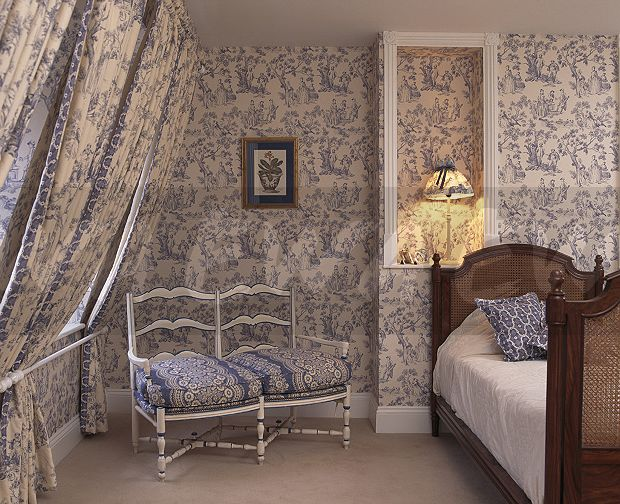 Blue Toile-de-Jouy wallpaper and matching drapes in townhouse ...